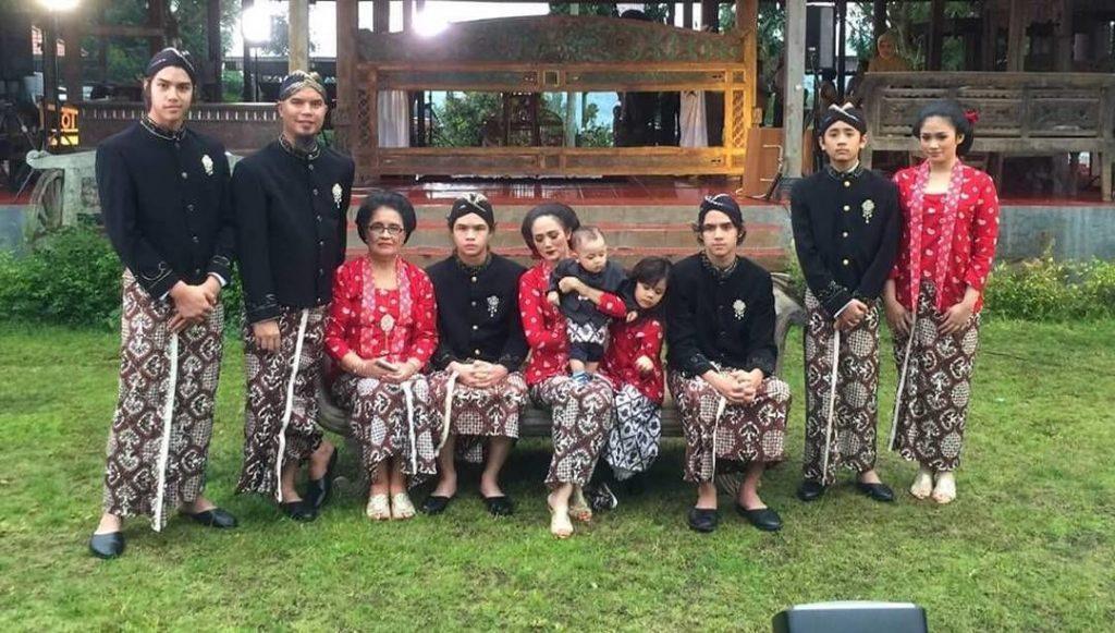 Gaya Foto Keluarga Dengan Konsep