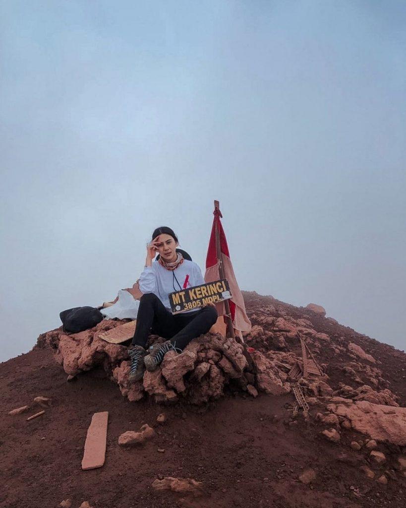 Adinda Thomas di Puncak Gunung Kerinci