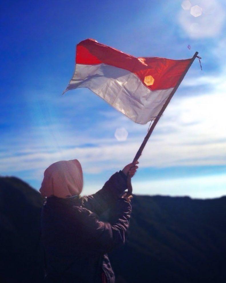Berfose Mengibarkan Bendera Merah Putih