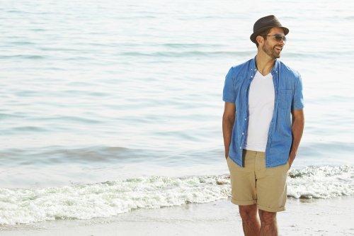 5 Gaya Foto Untuk Cowok Saat Belibur ke Pantai