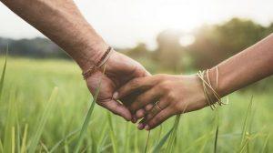 Foto Memegang Tangan Pasangan