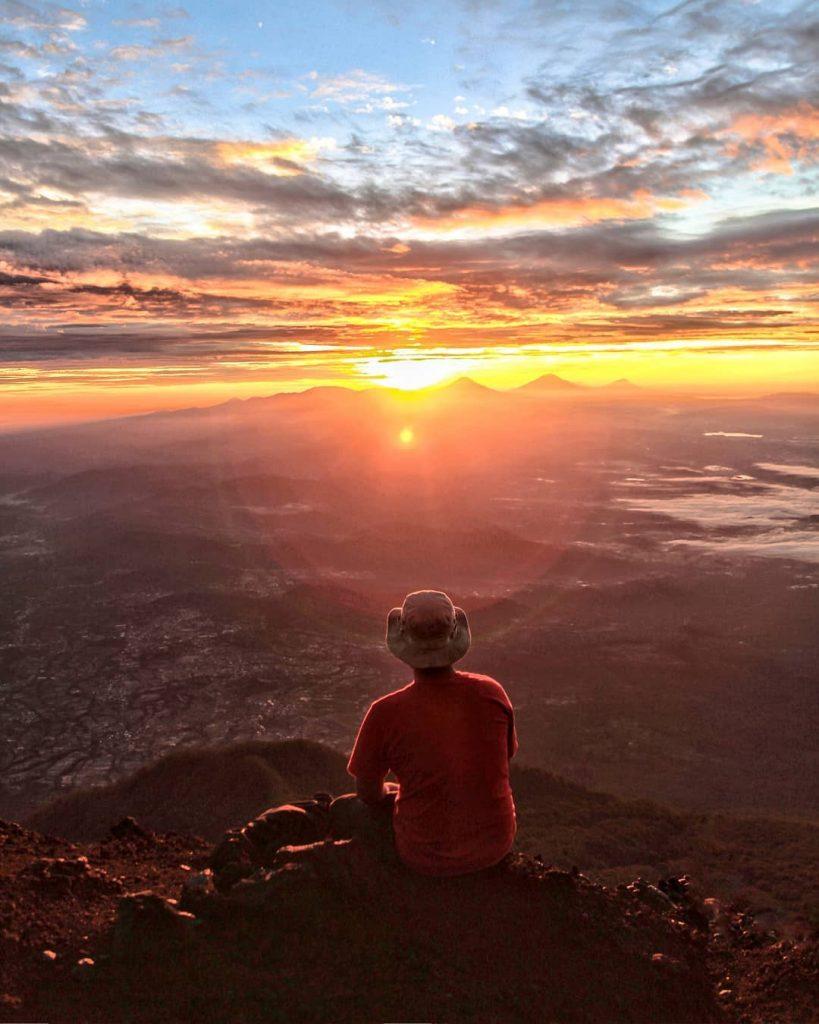 Menyambut pagi di Puncak Gunung Ditemani Matahari Terbit